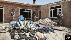 Persenjataan para militan yang berhasil disita oleh pasukan Afghanistan dalam penyerbuan di pinggiran ibukota Kabul, Kamis (2/8).
