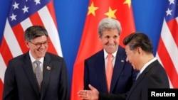 ປະທານ ປະເທດຈີນ ທ່ານ Xi Jinping, ຂວາ, ພົບປະກັບ ລັດຖະມົນຕີຕ່າງປະເທດ ສະຫະລັດ ທ່ານ John Kerry, ກາງ, ແລະ ລັດຖະມົນຕີກະຊວງການເງິນ ທ່ານ Jack Lew ໃນລະຫວ່າງ ພິທີເປີດ ຮ່ວມກັນ ກອງປະຊຸມ ວ່າດ້ວຍການປຶກສາຫາລື ດ້ານຍຸດທະສາດ ແລະ ເສດຖະກິດ ຄັ້ງທີ 8, ໃນນະຄອນຫຼວງປັກກິ່ງ, ວັນທີ 6 ມິຖຸນາ 2016.