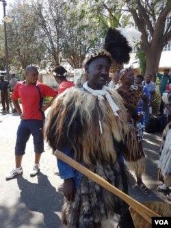 Banengi abantu abasekela ezamasiko abangena kwezombusazwe kodwa induna zikhuthazwa ukuthi zingakwenzi lokhu.