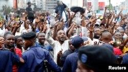 콩고민주공화국에서 59년 만에 평화적 정권교체가 이뤄진 가운데, 야당 후보로 대통령에 당선된 펠릭스 치세케디의 지지자들이 10일 킨샤사 거리에서 환호하고 있다.
