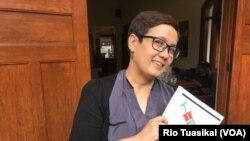 """Peneliti Intuisi Inc, Ingrid Irawati Atmosukarto, memegang hasil kajian terhadap pendekatan perang terhadap narkoba. Ia mengusulkan pendekatan pengurangan dampak buruk atau """"harm reduction."""" (foto: Rio Tuasikal/VOA)"""