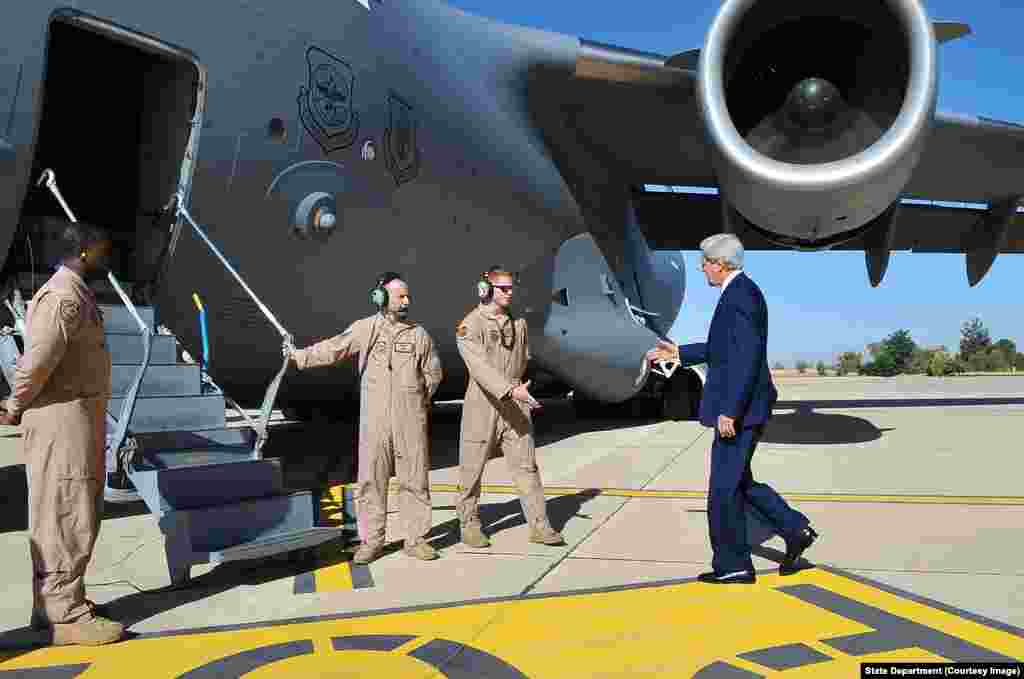 Secretary Kerry Greets Crew of Air Force Plane Flying Him to Iraq.