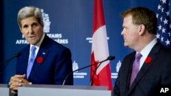 John Kerry en conferencia de prensa con el ministro de Relaciones Exteriores de Canadá, John Baird.