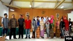 Para juara lomba nyanyi dan peragaan busana para peringatan Hari Kartini di lapas kelas IIA Wirogunan Yogyakarta berfoto bersama Sabtu (23/4). (VOA/Munarsih Sahana)