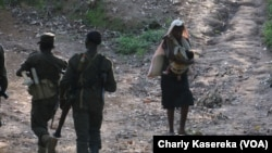 Des militaires des Forces armées de la RDC lors d'une opération contre les miliciens Mai Mai dans le Parc de Virunga, Nord-Kivu, juin 2017 (VOA/Charly kasereka)