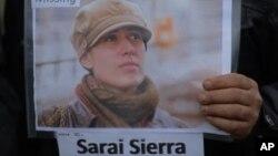 Seorang anggota asosiasi untuk warga yang anggota keluarganya hilang, mengumumkan selebaran berikut foto Sarai Sierra, wisatawan asal New York yang hilang saat berlibur ke Istanbul, Turki sejak 21 Januari lalu (Foto: dok). Sierra ditemukan tewas di dekat reruntuhan tembok kota tua wilayah tersebut.