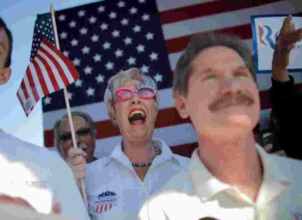 Jackie Nigro (tengah) bersorak di tengah-tengah kampanye Mitt Romney di Dunedin, Florida (AP).