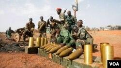 Halkın, çatışmalardan kaçarak Birleşmiş Milletler üslerine sığındığı Güney Sudan'da ülkeyi saran şiddetin iç savaşa dönüşmesinden korkuluyor.