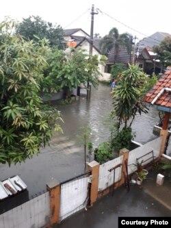 Banjir di perumahan warga Kelurahan Harapan Jaya, Bekasi Utara pada Rabu, 1 Januari 2020. (Foto: dokumentasi Desy Damayanti.)
