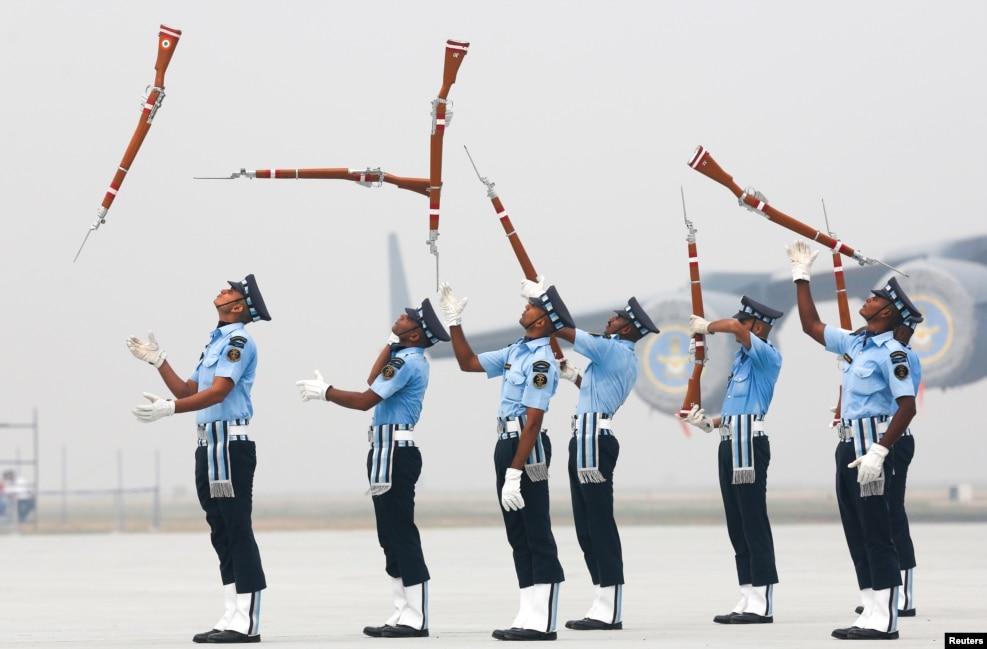 인도 공군 병사들이 뉴델리 인근 힌돈 공군기지에서 '공군의 날' 행사 리허설을 진행하고 있다.