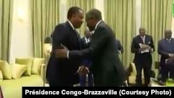 Mwana ya ekolo Nigeria, Aliko Dangote (D), moto na nkita mingi na Afrika, ayambani na président Denis Sassou N'Guesso, na Oyo, Congo-Brazzaville, 21 août 2019. (Présidence Congo-Brazzaville)