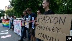 曼宁的支持者聚集在美国驻伦敦大使馆,要求赦免曼宁。(2013年8月21日)