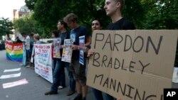 (资料照 ) 曼宁的支持者2013年在美国驻伦敦使馆外要求赦免曼宁