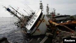 15일 타이완 항구 도시 가우슝에서 태풍 '므란티'의 영향으로 정박한 어선들이 파손됐다.