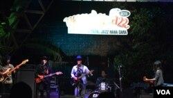 Kelompok Blues aliran Texas sedang tampil di Panggung Bayan. (Foto: VOA/Munarsih Sahana)