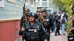 Agentes del departamento de Policía de Los Ángeles durante una operación contra la pornografía infantil en abril.