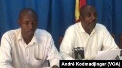 Jules Daniel Yo-Hounkilam et Mahamat Abakar Issa, respectivement rédacteur en chef et directeur de publication du journal bilingue Alchahed Tchad, le 5 septembre 2018. (VOA/André Kodmadjingar)