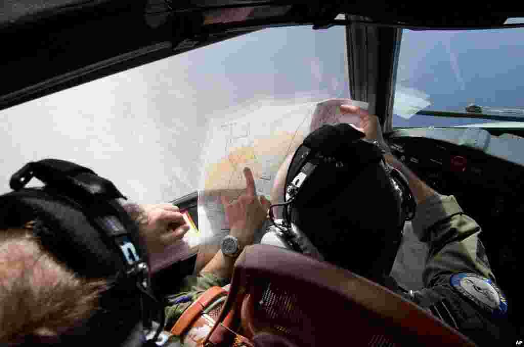 Trung tá không quân Jayson Nichols trong nhiệm vụ tìm kiếm chuyến bay Malaysia bị mất tích ở Ấn Ðộ dương, ngày 27/3/2014.