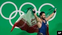 رستمی بعد از قهرمانی با پرچم ایران.