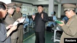 북한 김정은 국방위원회 제1위원장이 휴대전화 등 각종 전자제품을 생산하는 '5월11일 공장'을 현지지도 했다고 조선중앙통신이 11일 보도했다.