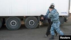 Politsiya migrant ishchilarni ovlayapti. Moskvaning Biryulevo tumani, 14-oktabr, 2013-yil.