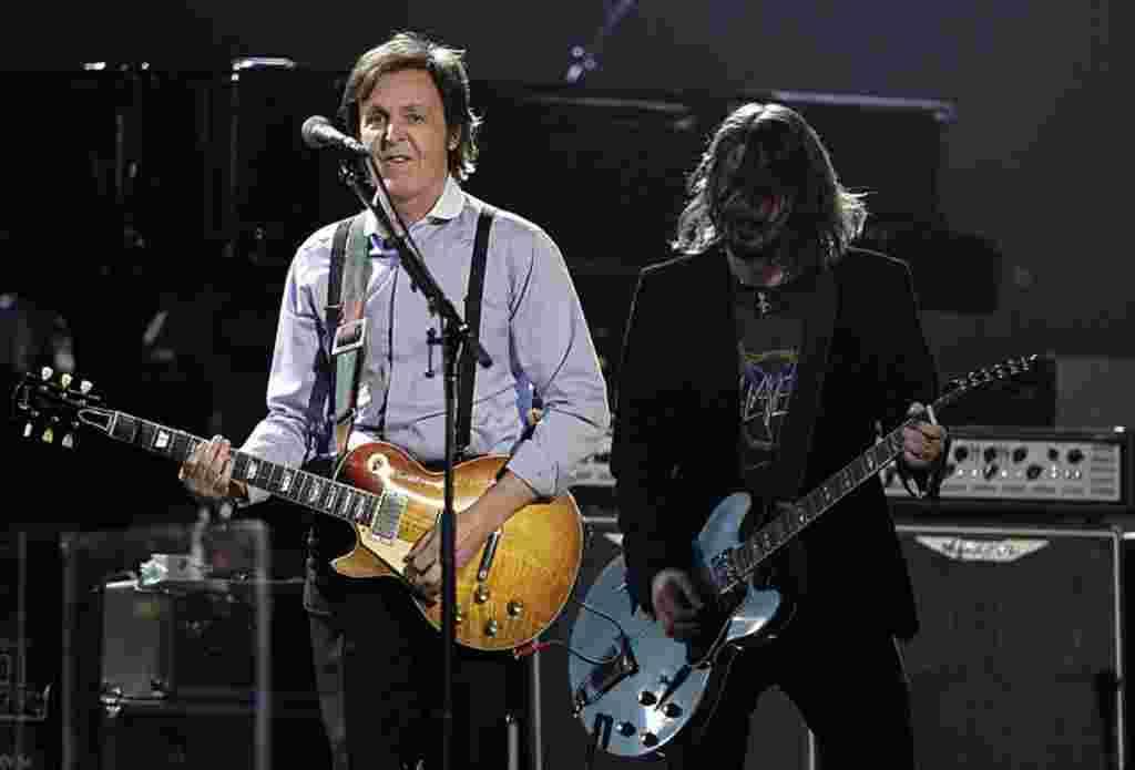 Paul McCartney (a la izquierda) y Dave Grohl.