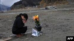 میکا هاشیکای، برای مادر و پدرش، قربانیان زلزله و سوانمی سال گذشته در شمال شرقی ژاپن دعا می کند.