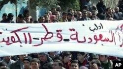 """图为抗议者3月2日高举""""感谢沙特阿拉伯、卡塔尔和科威特""""的横幅,在叙利亚北部示威"""