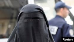 Seorang perempuan mengenakan burka di jalanan Paris, Perancis (foto: dok). Kanselir Jerman ingin menerapkan larangan burka di negaranya.