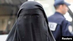 Femme en burqa à Paris le 11 avril 2011.