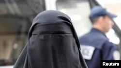Một phụ nữ Hồi giáo đeo mạng che mặt ở Paris.