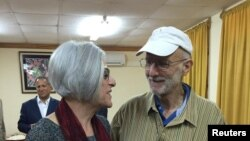 艾伦•格罗斯与妻子在登上离开哈瓦那的飞机之前