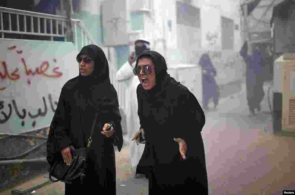 Manifestantes gritan a las autoridades por los gases lacrimógenos con los que intentan controlar las revueltas en Manama.