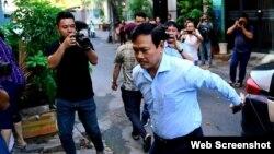 Ông Nguyễn Hữu Linh từ xe bước vào Tòa án quận 4 sáng ngày 25/6/2019. Photo: Độc lập/ Thanh Niên.