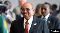 Demonstran menyerukan pembubaran pemerintahan Presiden Omar al-Bashir dalam protes hari Rabu 12/3 (foto: dok).