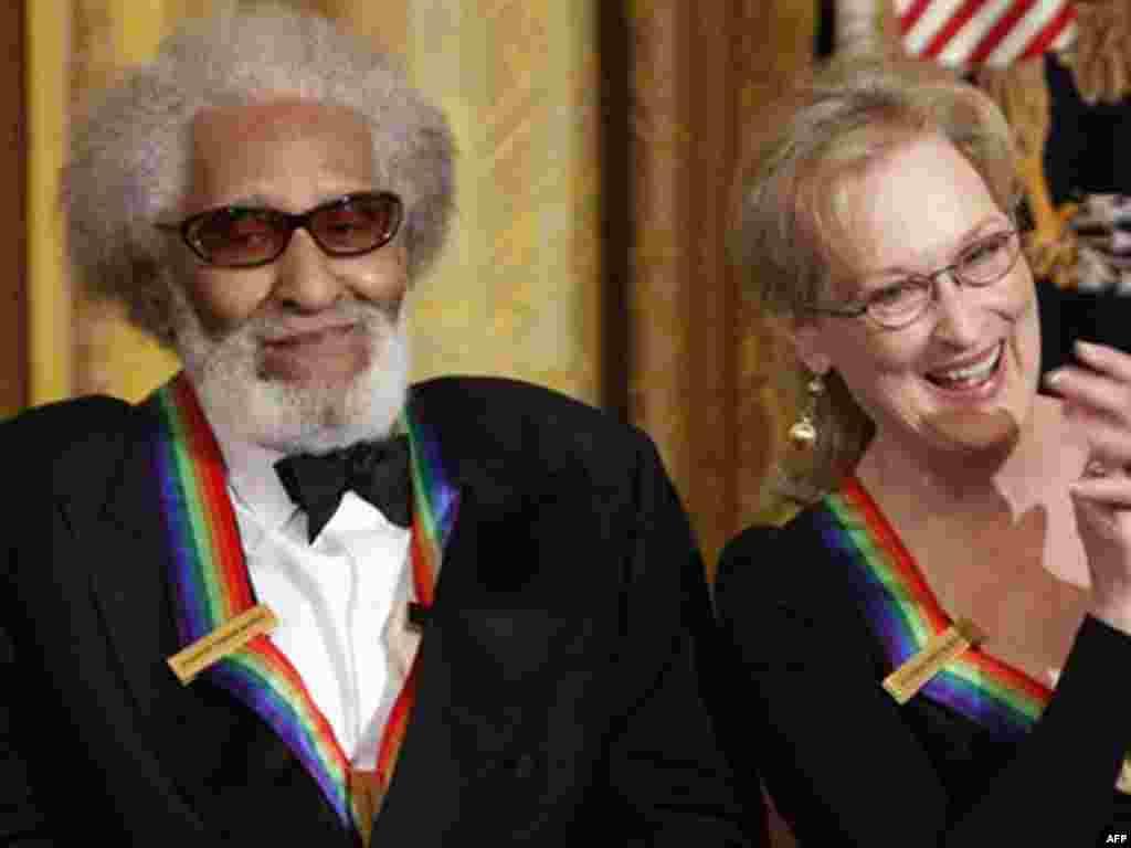 Nhà soạn nhạc kiêm tay saxo Sonny Rollins ngồi cạnh Diễn viên Meryl Streep.