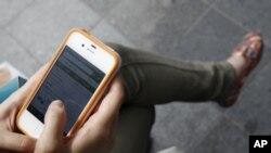 韩国首尔一名妇女在用苹果iPhone上网(资料照)