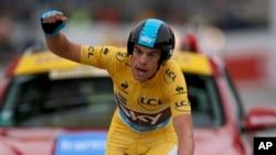 Pemenang balap sepeda Paris-Nice, Richie Porte dari Australia mengepalkan tangan tanda kemenangan di garis finish (foto, 10/3/2013).