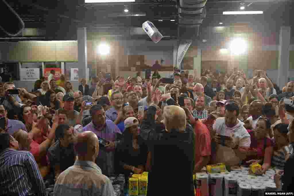 3 октября 2017  В октябре Трамп отправился в Пуэрто-Рико для координации борьбы с последствиями урагана «Мария». По сравнению с ураганом «Катрина», в результате которого погибли 1833 человека, ураган «Мария» стал причиной гибели лишь 16 человек, о чем и было заявлено президентом во время встречи с местными жителями.  Совет Трампа местным властям «гордиться» небольшим количеством жертв вызвал недоумение, как и необычный метод передачи гуманитарной помощи: на снимке видно, как глава Белого дома кидает в толпу бумажные полотенца.