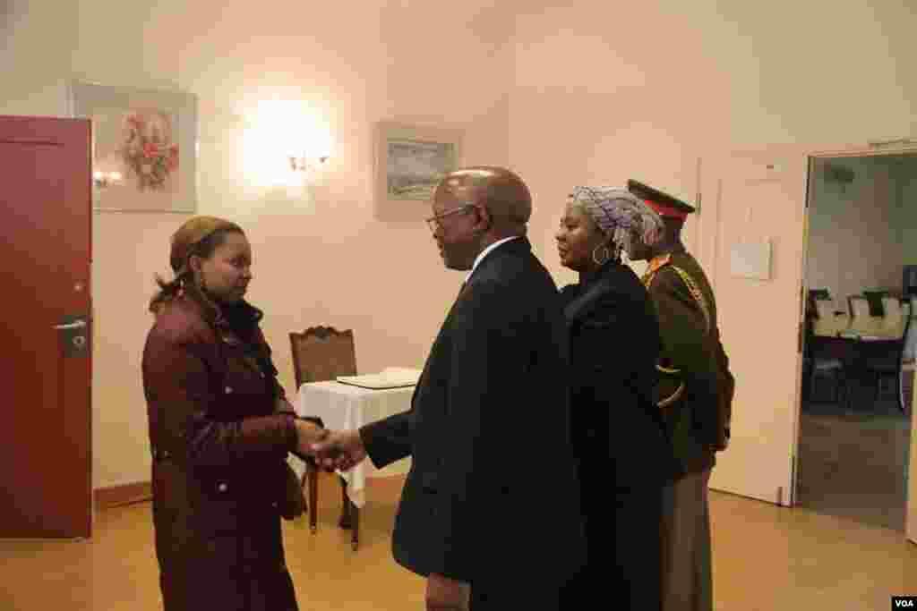 南非大使兰加向来吊唁的客人握手(美国之音东方拍摄)