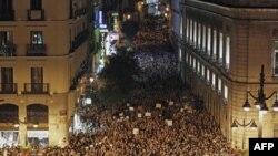 Ðám đông người biểu tình tập trung ở Puerta del Sol, Madrid, Tây Ban Nha sau lúc nửa đêm hôm qua (tức sáng) ngày 21 tháng, 2011