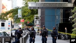 نیویارک کے ٹائم وارنر سینٹر کے باہر پولیس اہلکار تعینات ہیں۔ پولیس نے مشتبہ پیکٹ کی اطلاع پر عمارت کو خالی کرالیا تھا۔