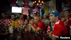 Các fan của đội tuyển Croatia tập trung xem World Cup trong khu Astoria, Queens, New York.