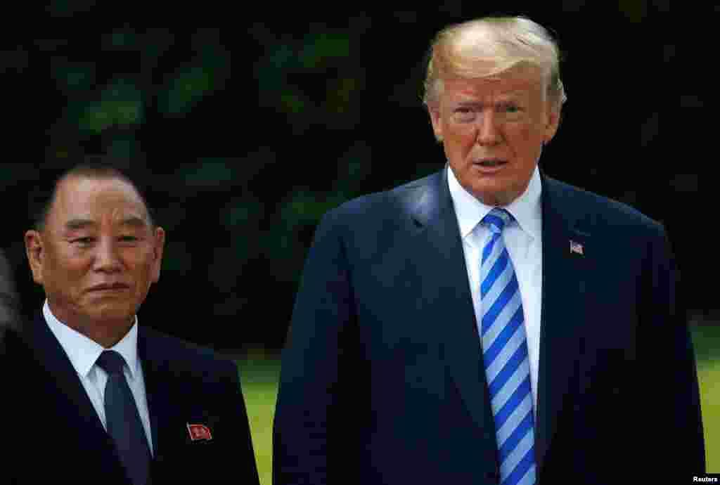 پرزیدنت ترامپ بعد از ظهر جمعه ۱۲ خرداد با ژنرال کیم یونگ چول، دومین مرد قدرتمند کره شمالی که حامل نامه رهبر آن کشور برای پرزیدنت ترامپ بود، دیدار کرد و پس از این دیدار گفت که نشست سران آمریکا و کره شمالی ۱۲ ژوئن (۲۲ خرداد) در سنگاپور برگزار میشود.