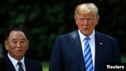 Manzon Koriya ta Arewa Kim Yong Chol poses da Donald Trump