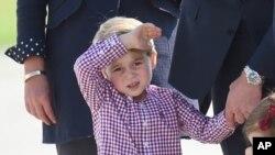 Hoàng tử George, 4 tuổi, là con trai của cháu nội của Nữ hoàng Elizabeth, Hoàng tử William, và là người thứ ba kế vị ngai vàng Anh Quốc.