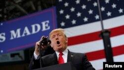 Prezidan Trump Kap fè Kanpay nan eta Florid Mèkredi 31 oktòb 2018. REUTERS/ CARLOS BARRIA
