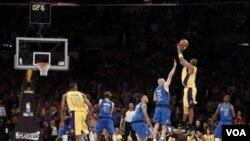 Kobe Bryant melepaskan tembakan tiga angka pada detik-detik terakhir ketika melawan Dallas Mavericks hari Senin di Los Angeles. Tembakan Kobe tidak masuk sehingga Mavericks menang 96-94.