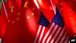 美中贸易关系紧张之际北京街头一辆三轮车上展示的美中两国国旗。(2018年9月16日)