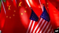 در سال ۲۰۱۷، صادرات چین به امریکا به بیش از ۵۰۵ میلیارد دالر رسید، در حالیکه صادرات امریکا به چین حدود ۱۳۰ میلیارد دالر بود--یعنی بیش از ۳۷۵ میلیارد دالر کسر تجارتی امریکا با چین
